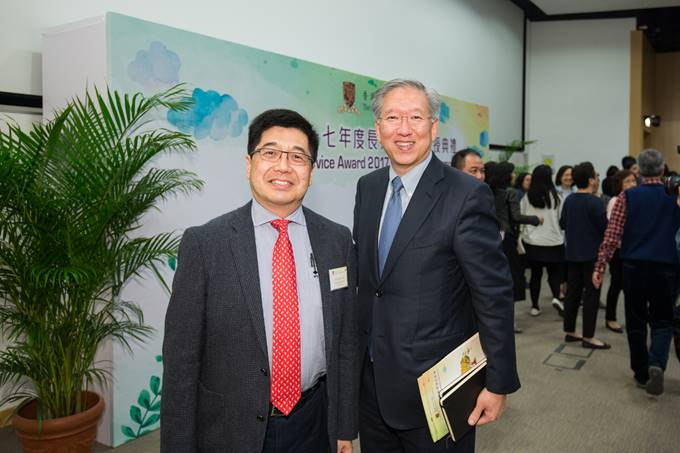 Prof. Tsou Jin Yeu (left) and Prof. Nelson Chen, Director of the School of Architecture, at the 2017 Long Service Awards Ceremony